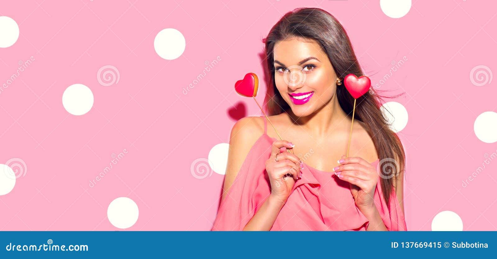 Valentinsgruß `s Tag Schönheit überraschte junges Mode-Modell-Mädchen mit Valentinsgruß, den Herz Plätzchen formte