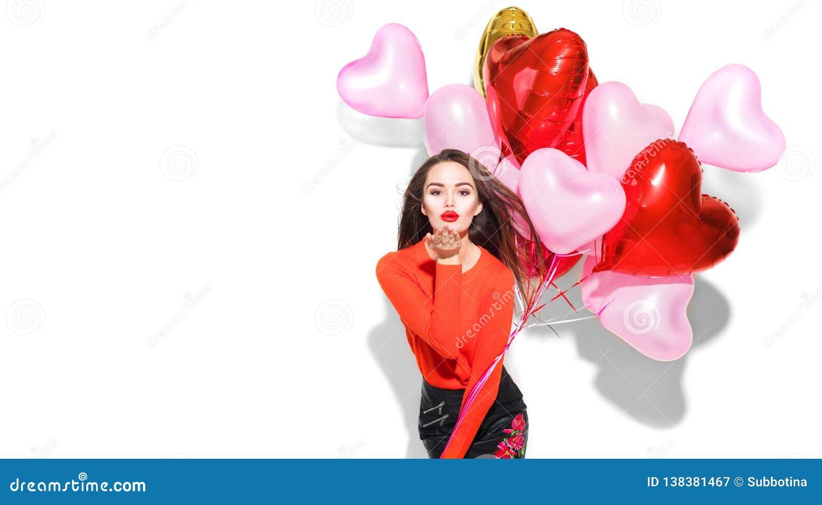 Valentinsgruß `s Tag Schönheitsmädchen mit den bunten Luftballonen, die Spaß haben