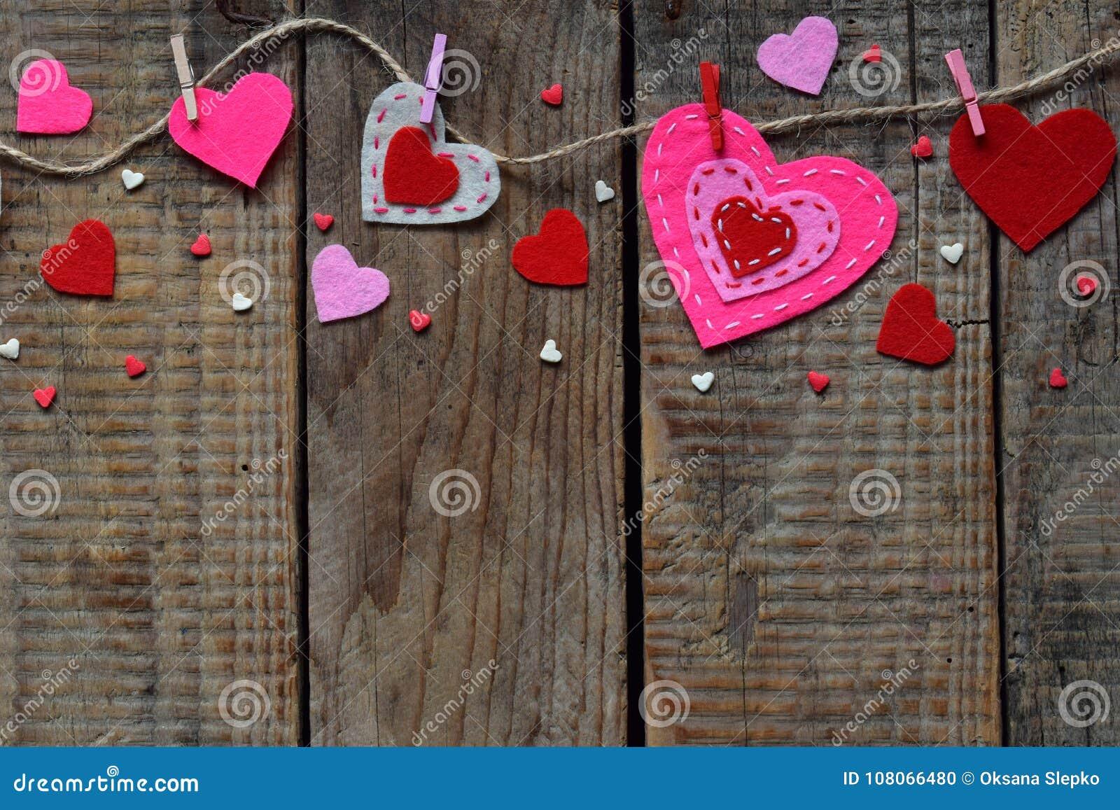 Valentinsgruß ` s Tageshintergrund mit handgemachten Filzherzen, Wäscheklammern Machendes Valentinsgrußgeschenk, diy Hobby Romant