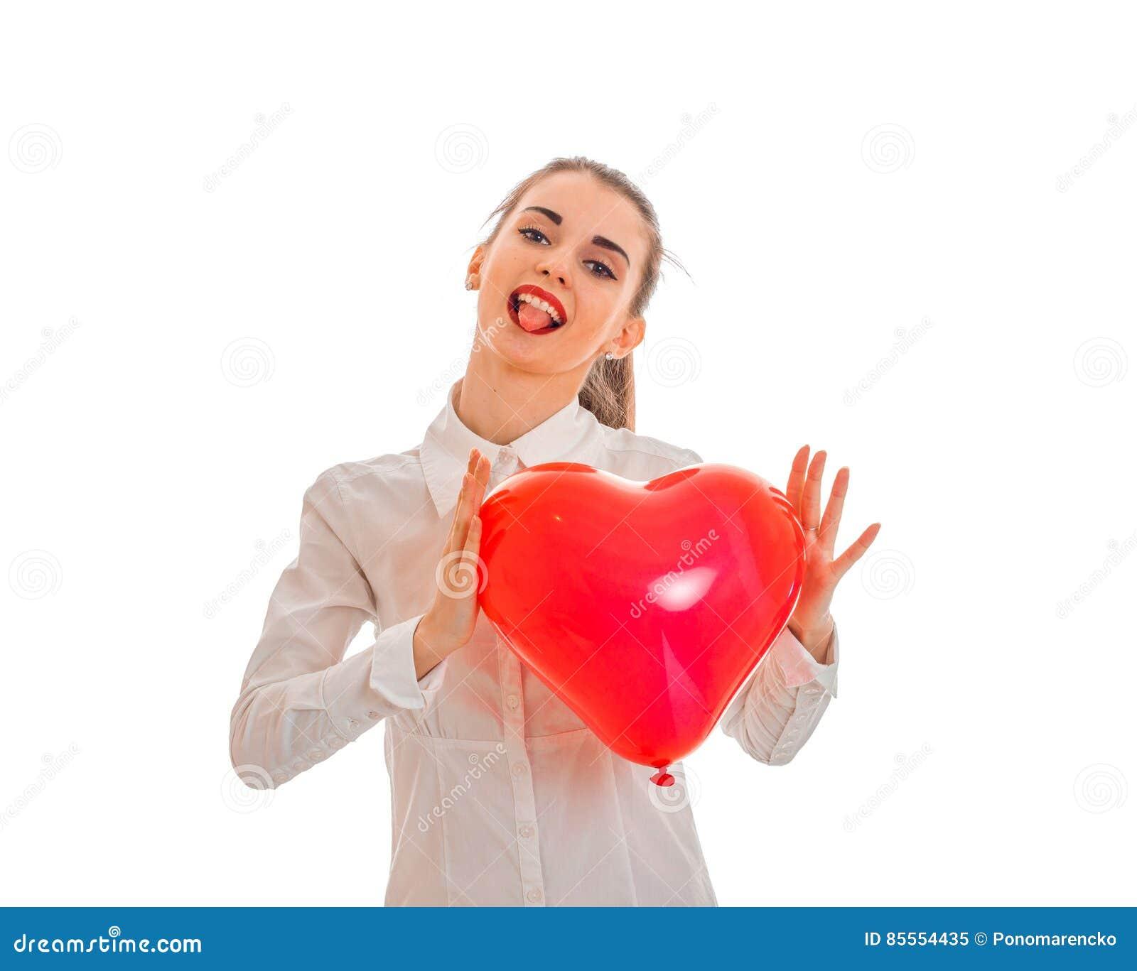Valentinsgruß ` s Tageskonzept Liebe Junges glückliches Mädchen mit dem roten Herzen lokalisiert auf weißem Hintergrund im Studio