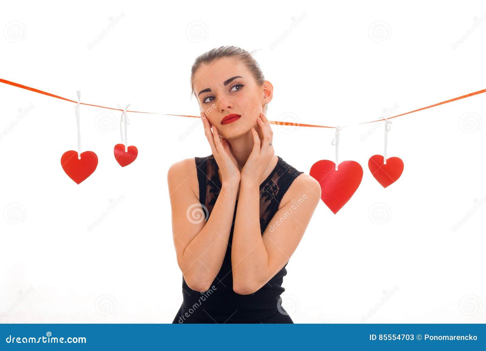 Valentinsgruß ` s Tageskonzept Liebe Junges Mädchen mit dem roten Herzen lokalisiert auf weißem Hintergrund im Studio