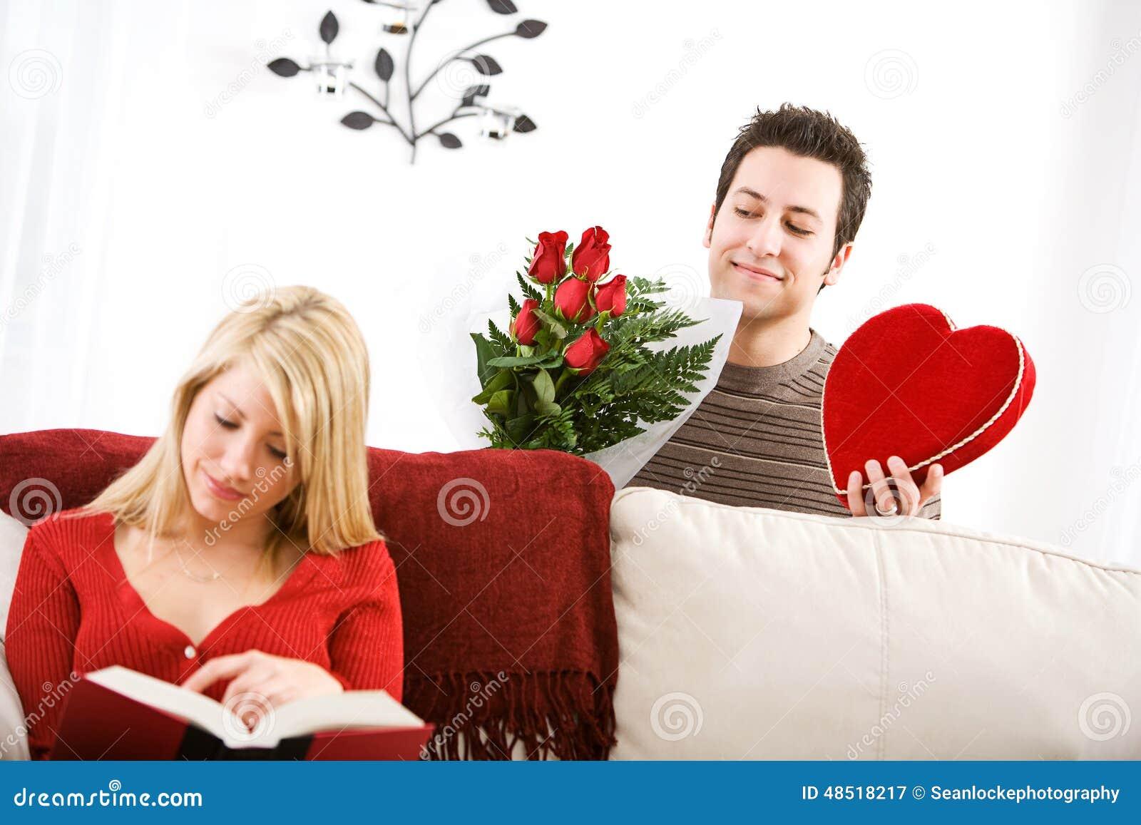 Valentinsgrußes Mann Schleicht Oben Mit Valentine Gifts For