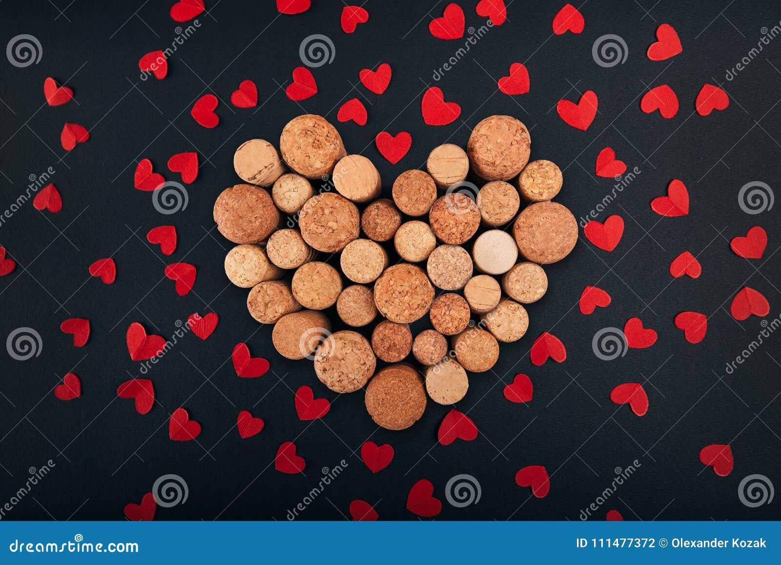 Valentinsgrußherz von den Weinkorken auf Hintergrund