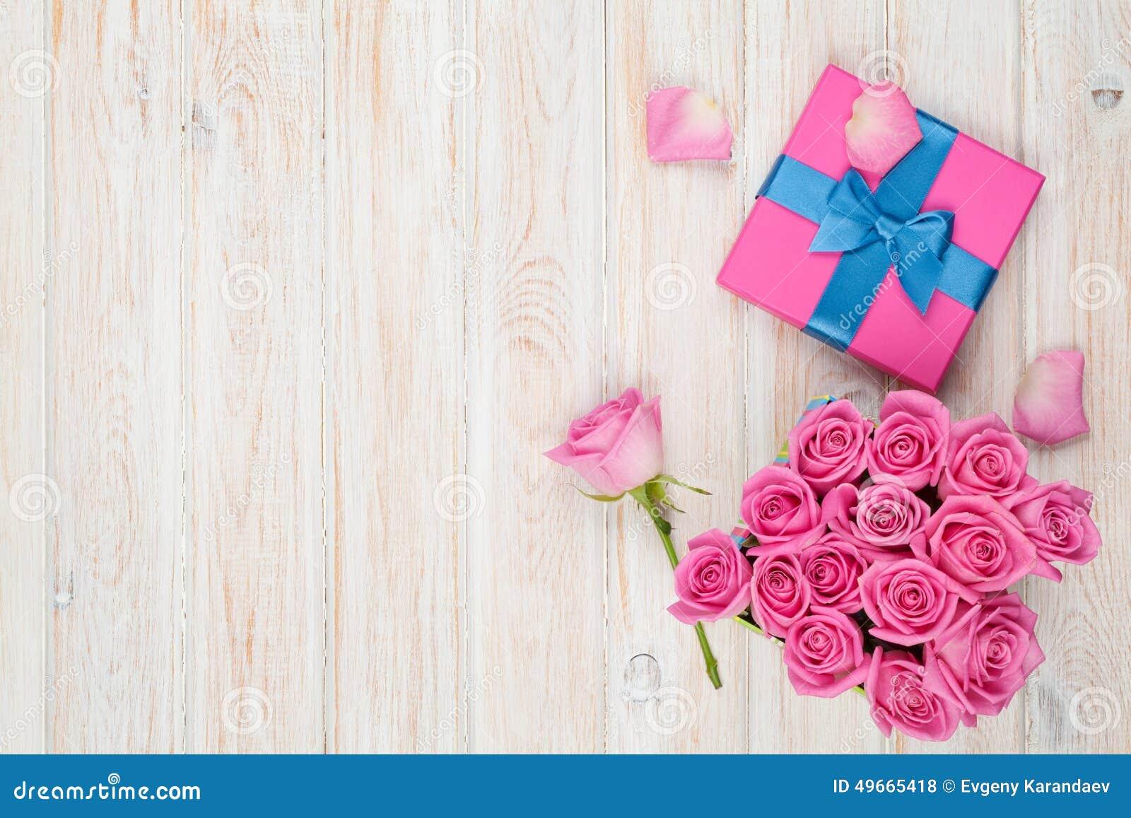 Valentinsgrußtageshintergrund mit der Geschenkbox voll von den rosa Rosen