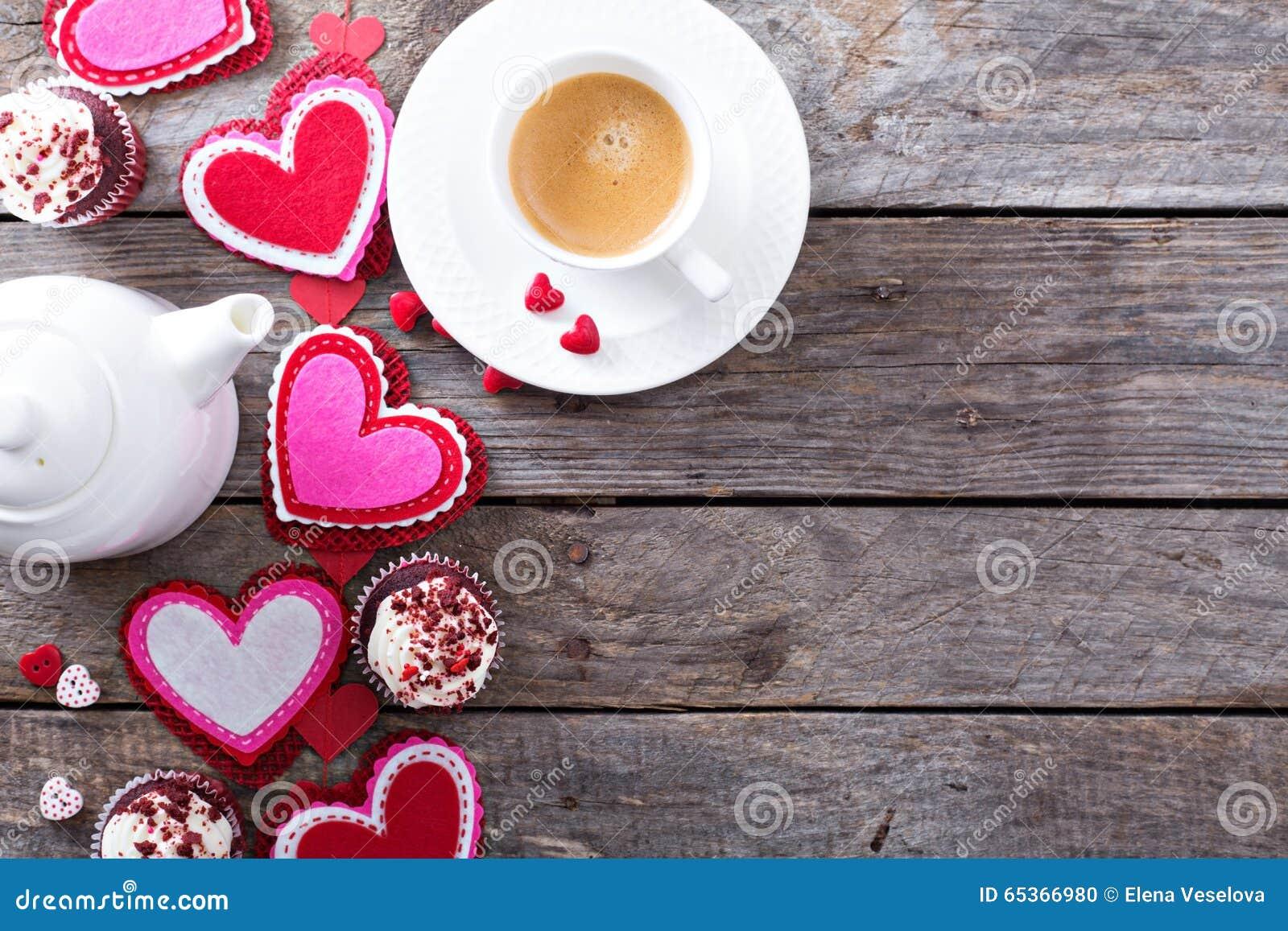 Valentinsgrußtageskaffee und Kopienraum der kleinen Kuchen