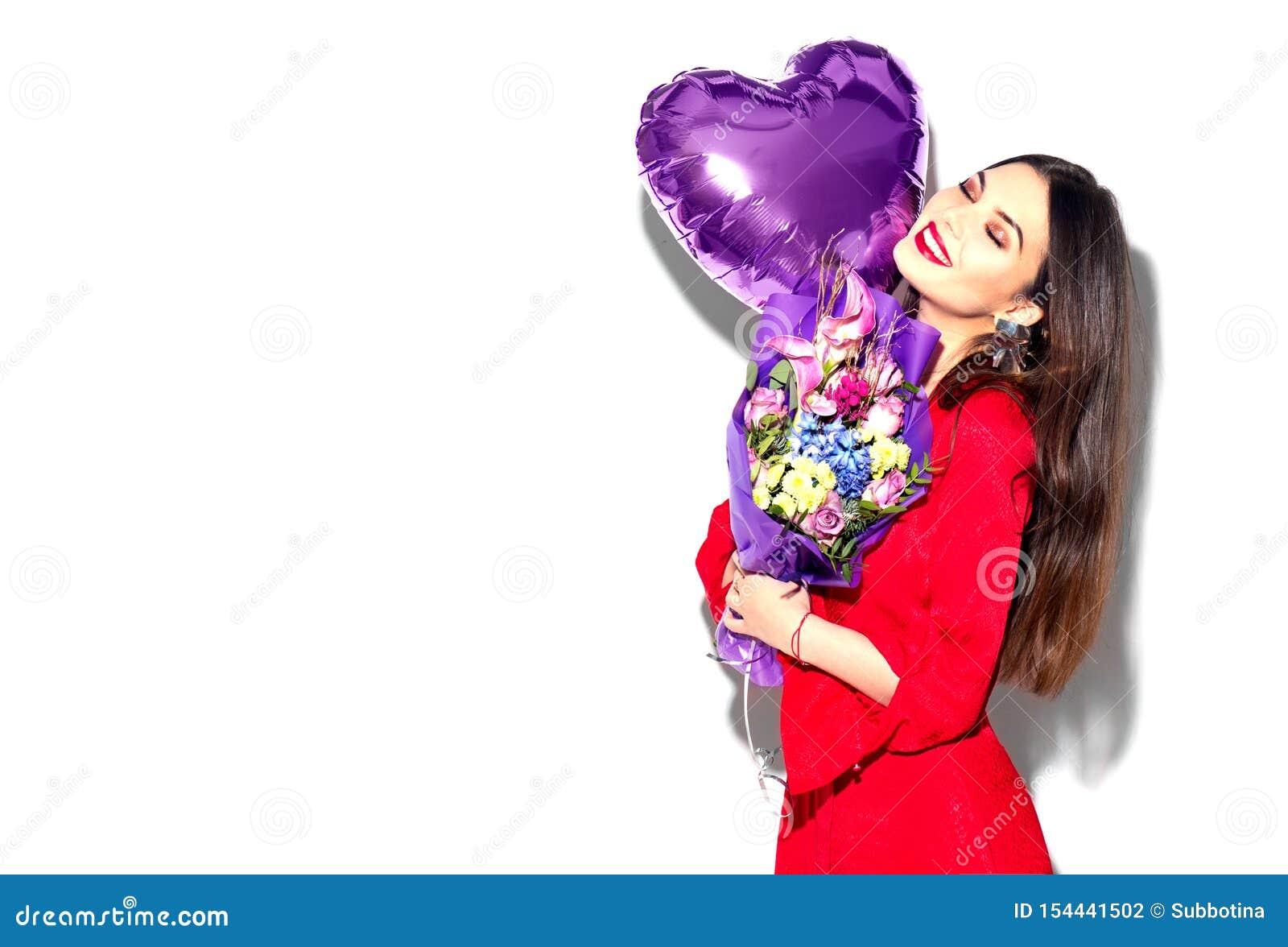 Valentinsgru? `s Tag Schönheitsmädchen mit buntem Blumenstrauß von Blumen und von Herzformluftballon auf weißem Hintergrund