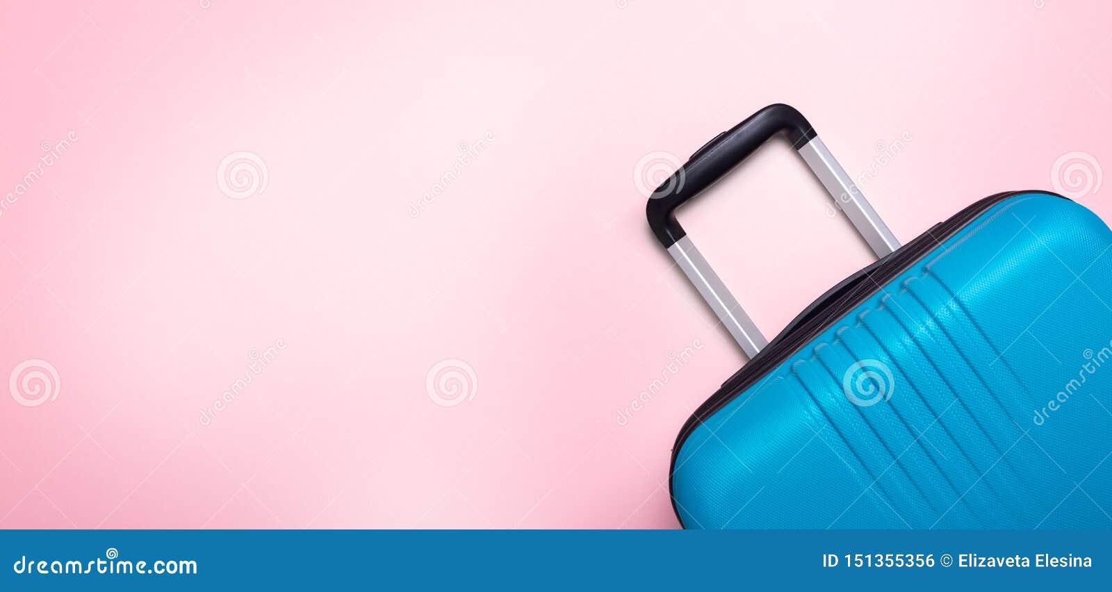 Valise bleue des vacances d ?t? cr?atives roses en pastel de fond, vacances, banni?re de concept de voyage
