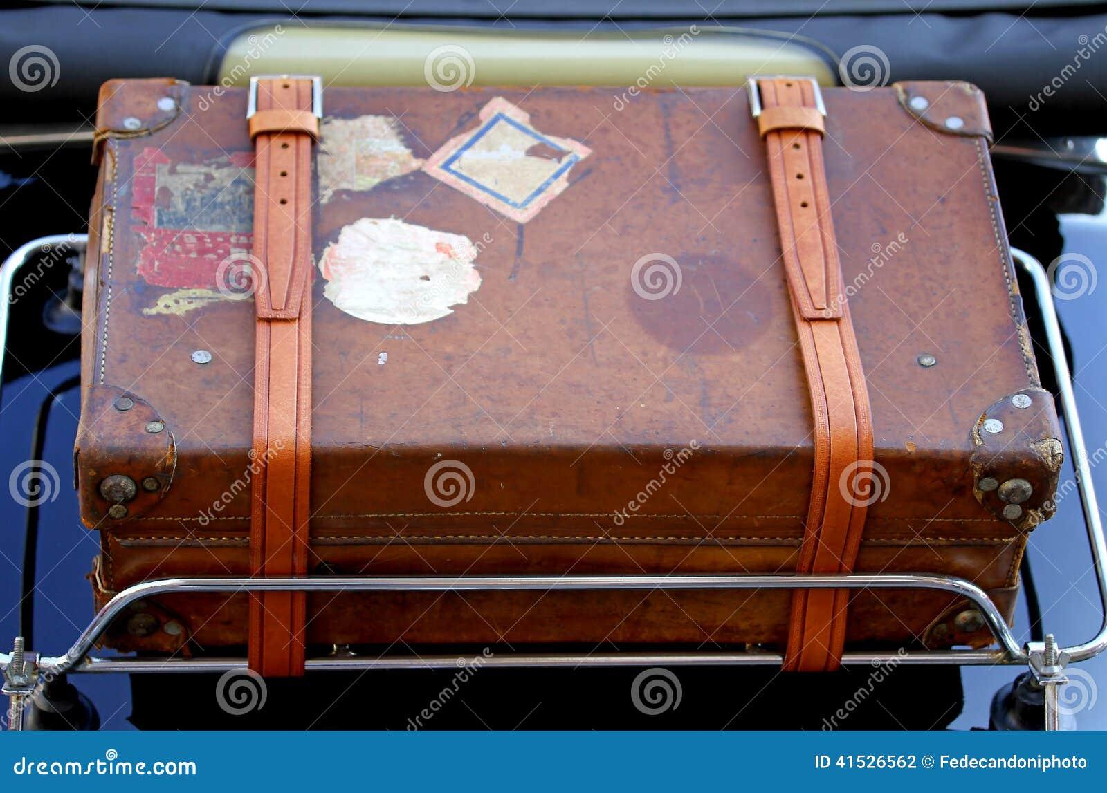 valise dans le porte bagages de la voiture de vintage avant un voyage autour photo stock image. Black Bedroom Furniture Sets. Home Design Ideas