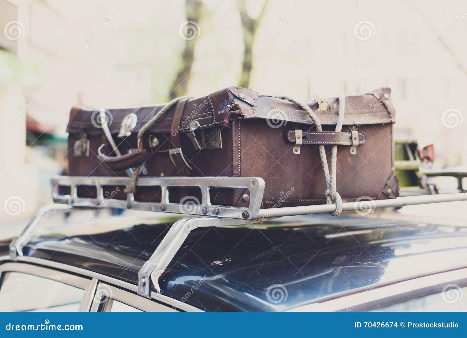 valise de vintage sur une vieille galerie de voiture photo. Black Bedroom Furniture Sets. Home Design Ideas