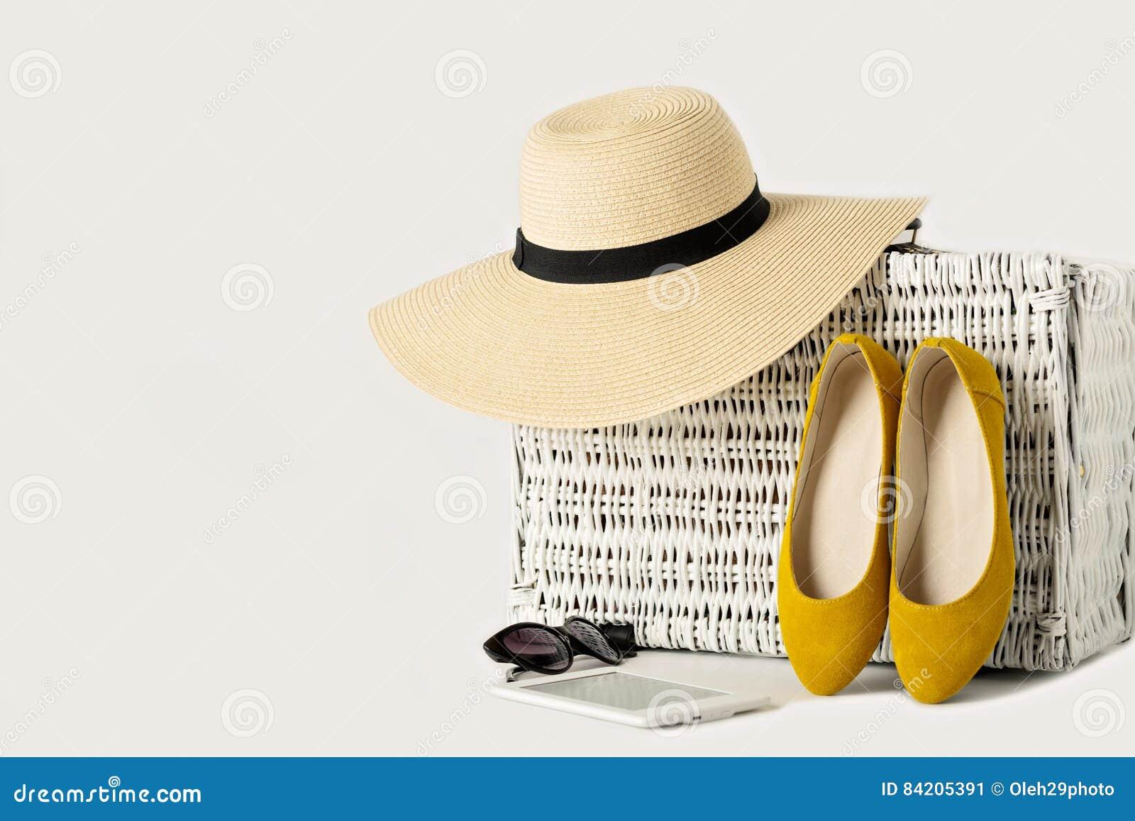 valise en osier blanche chapeau des femmes lunettes de soleil chaussures jaunes et image. Black Bedroom Furniture Sets. Home Design Ideas