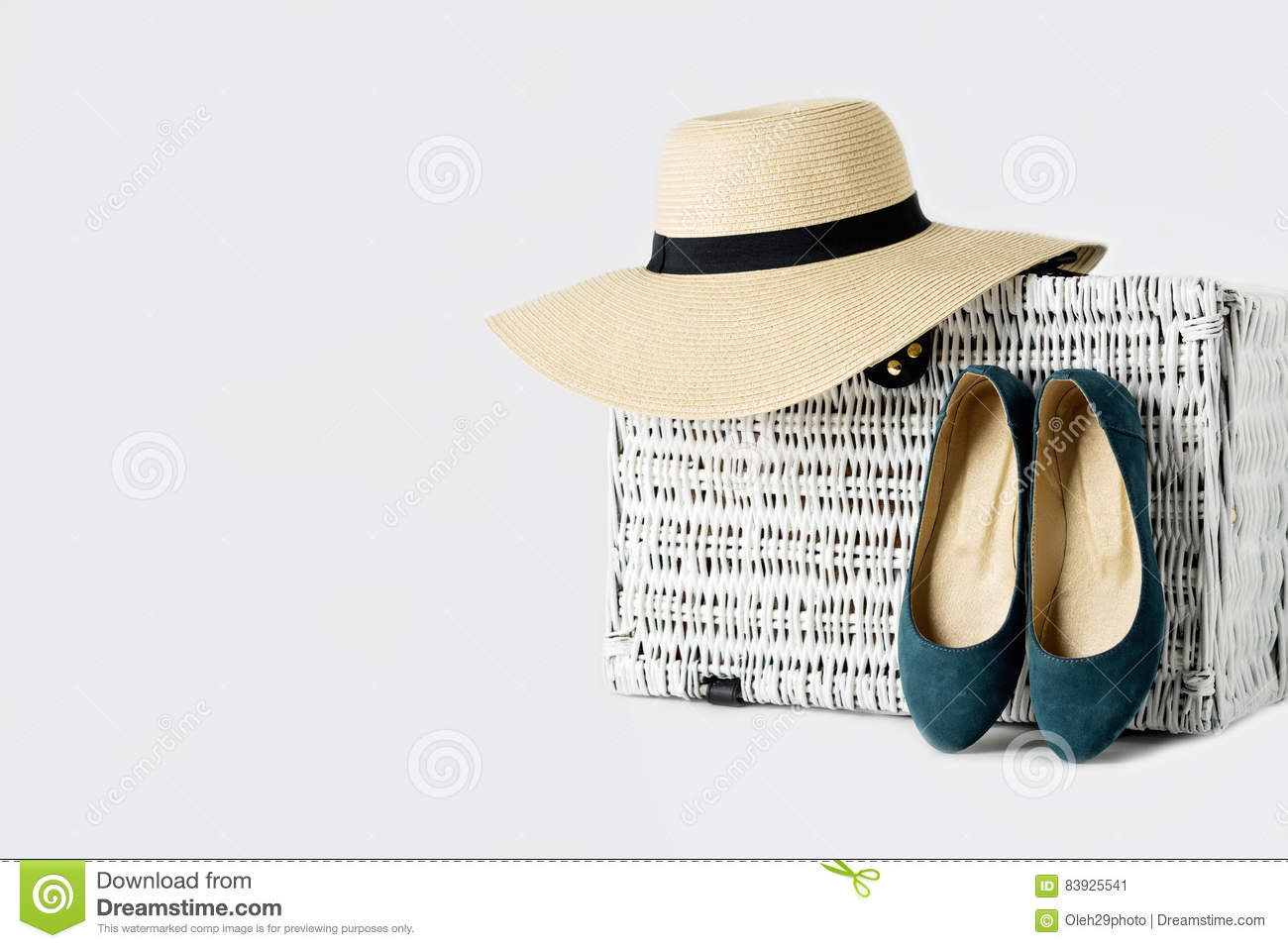 valise en osier blanche un chapeau du s de femme et chaussures bleues image stock image du. Black Bedroom Furniture Sets. Home Design Ideas