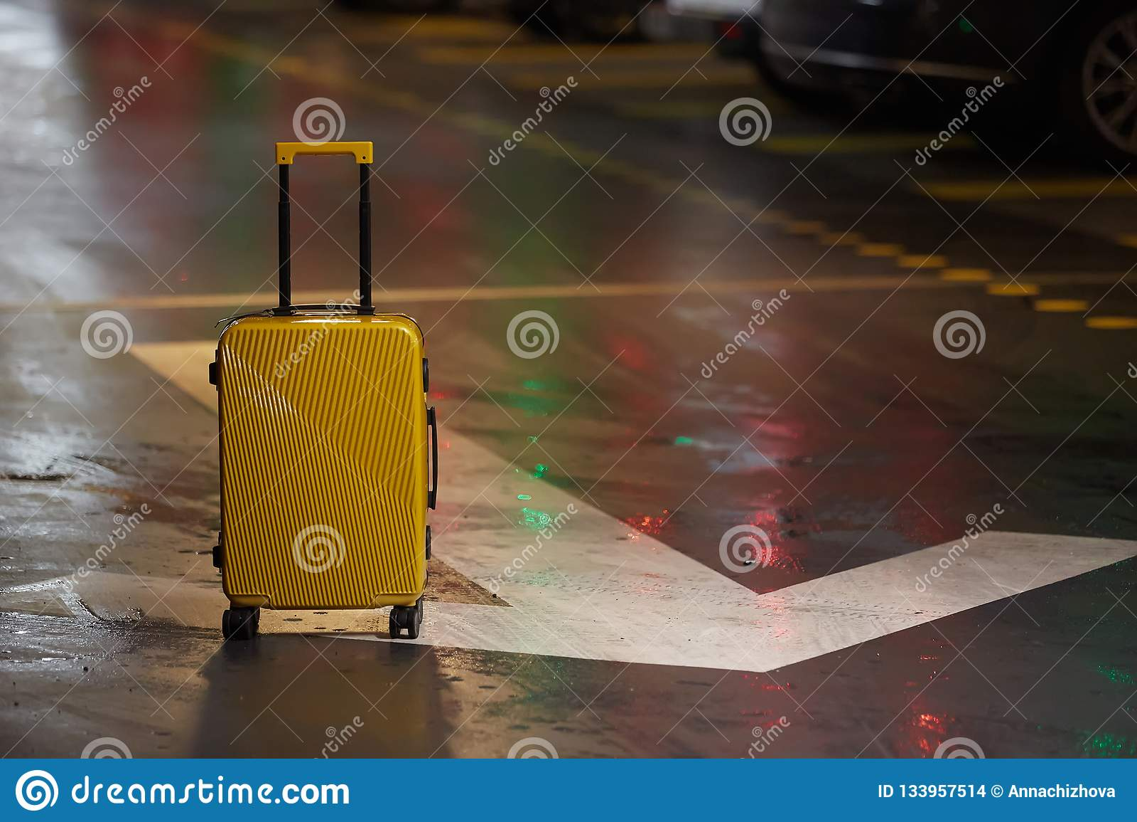 Valise orange sur la route dans la ville Vacances d été et concept de voyage