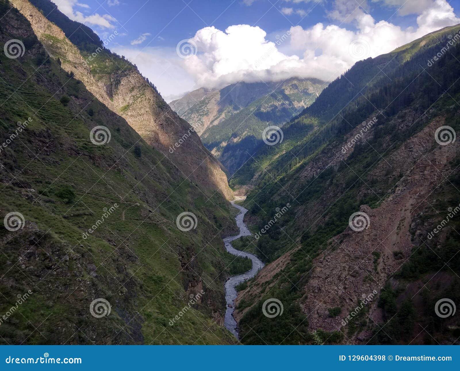 Vallée avec la rivière de Ravi