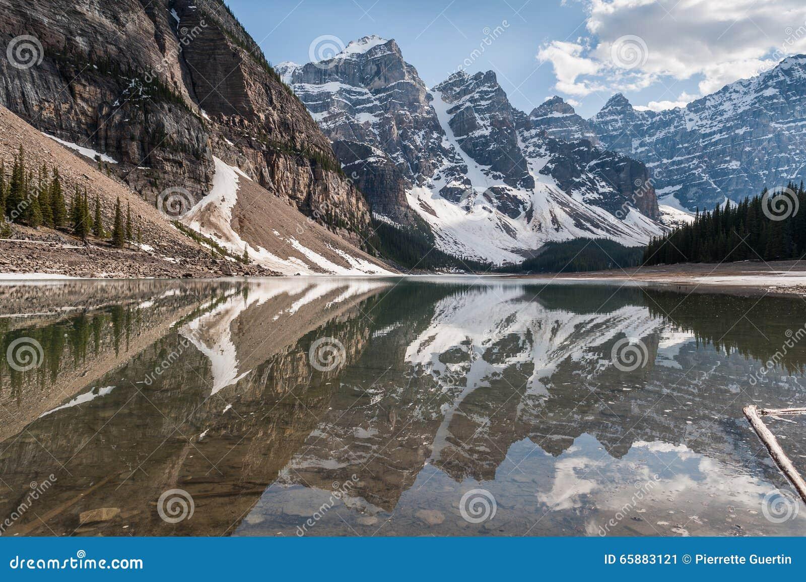 Vallée de Dix glaciers de crêtes réfléchissant sur le lac moraine