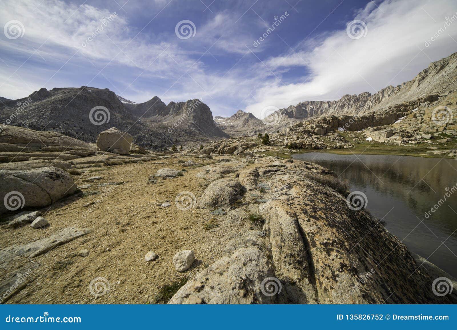 Vallée en sierra Nevada Mountains