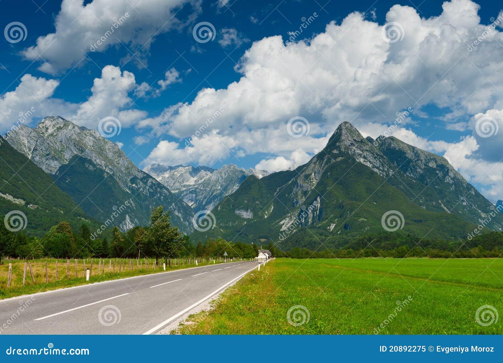 Vallée idyllique de montagne avec la route