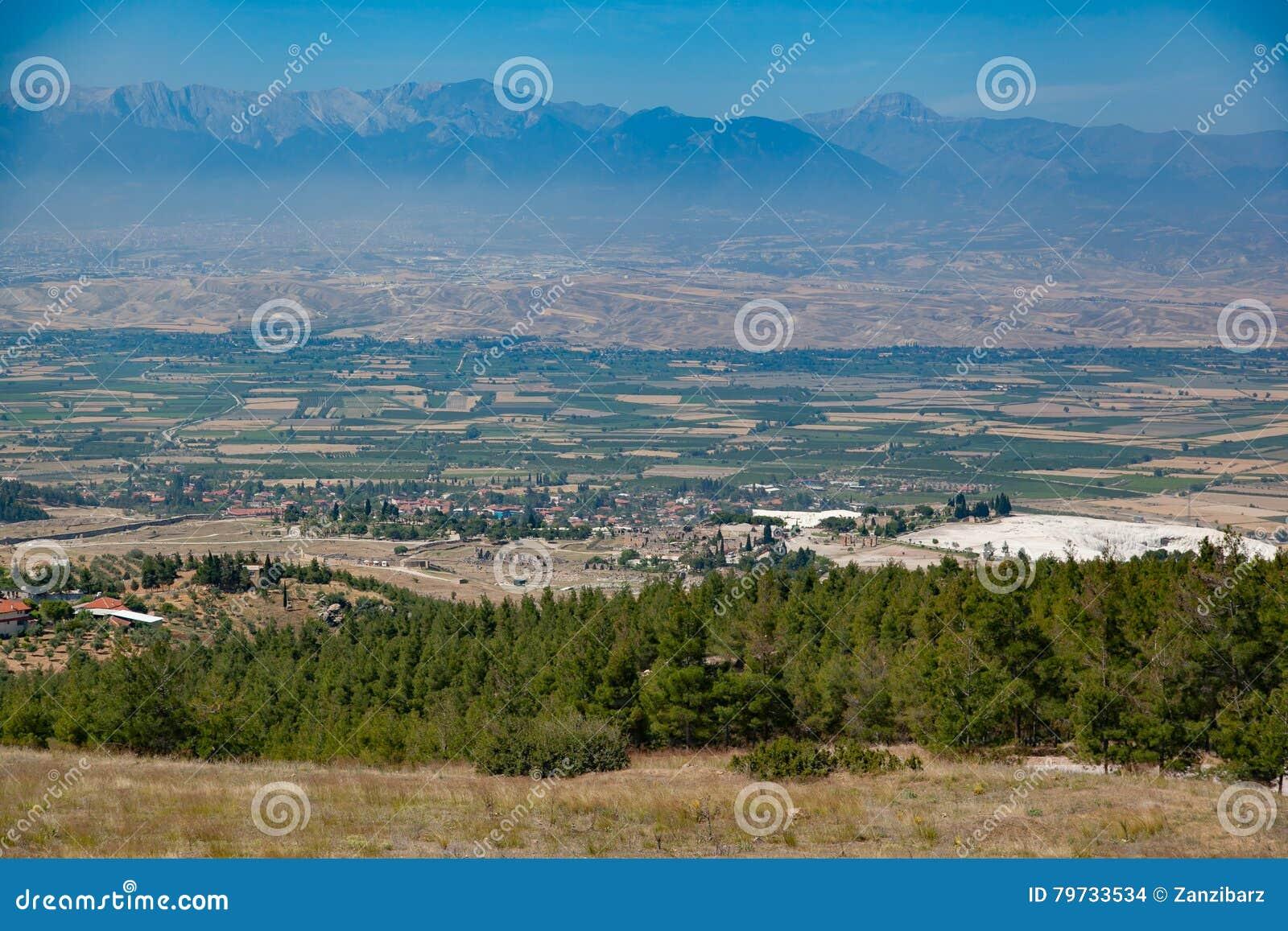 Valle del campo y de la montaña en Turquía, d3ia