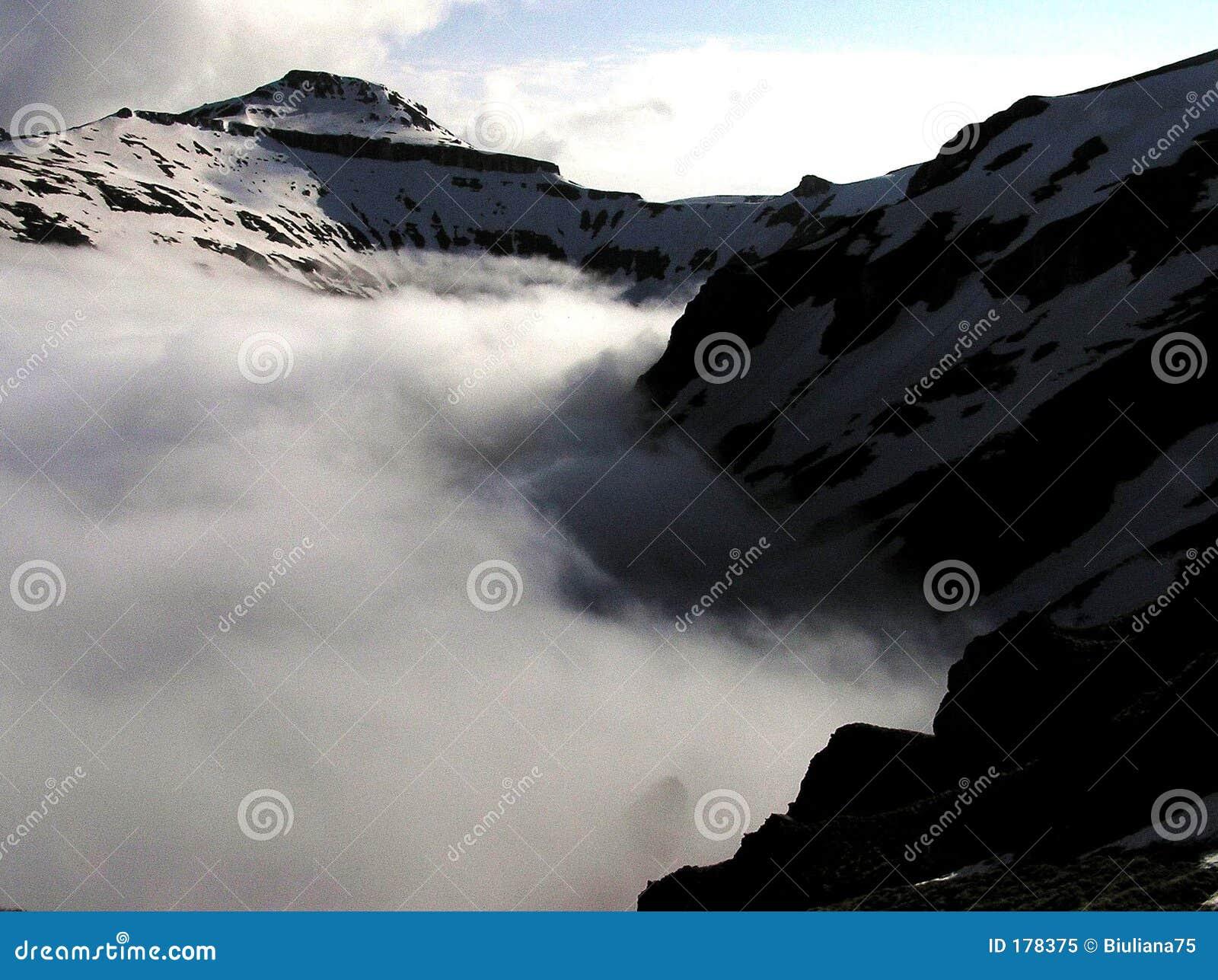 Valle del macho en la niebla - montañas de Bucegi