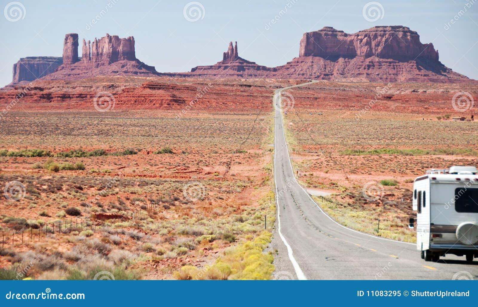 Valle del monumento del motorhome de rv que entra, Utah