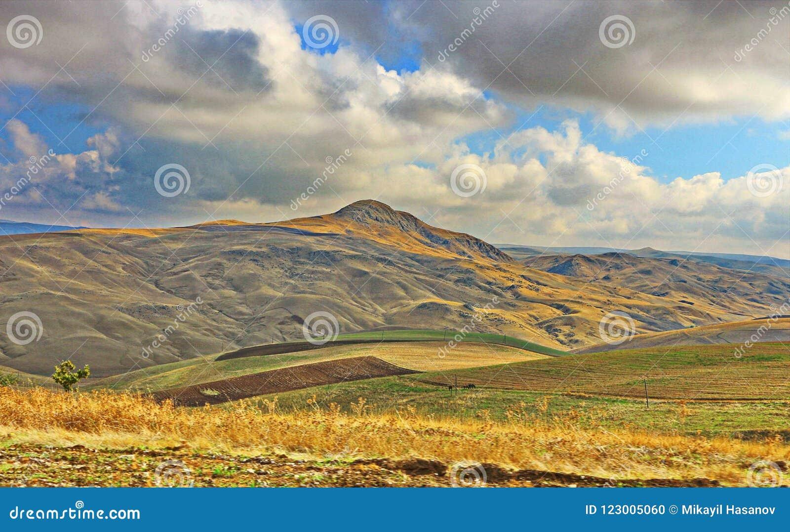 Valle en la región de Shamakhi de Azerbaijan