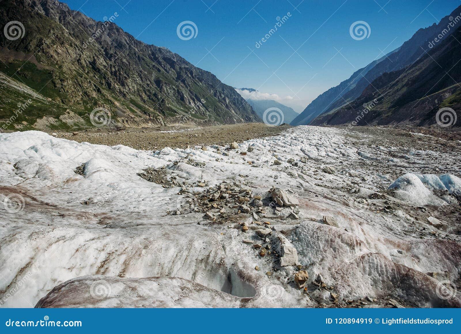 Valle nevosa stupefacente fra le montagne, Federazione Russa, Caucaso,