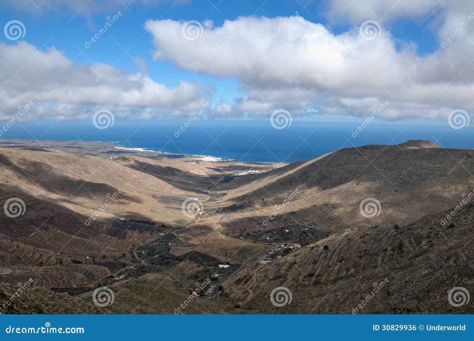 Valle su un isola su un cielo nuvoloso