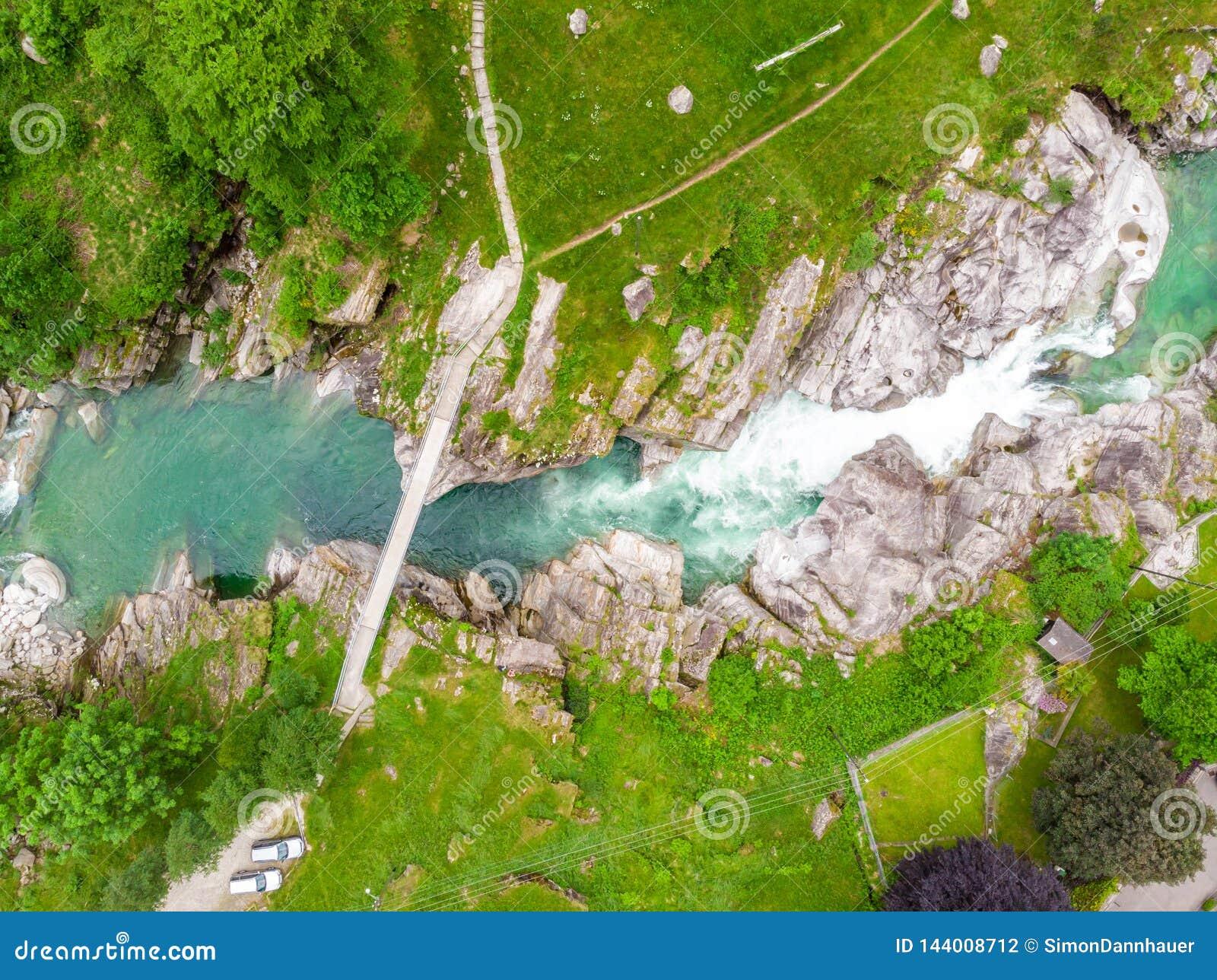 Valle Verzasca - Vogelperspektive des Wasserstromes und -felsen des freien Raumes und des Türkises in Verzasca-Fluss in Tessin -