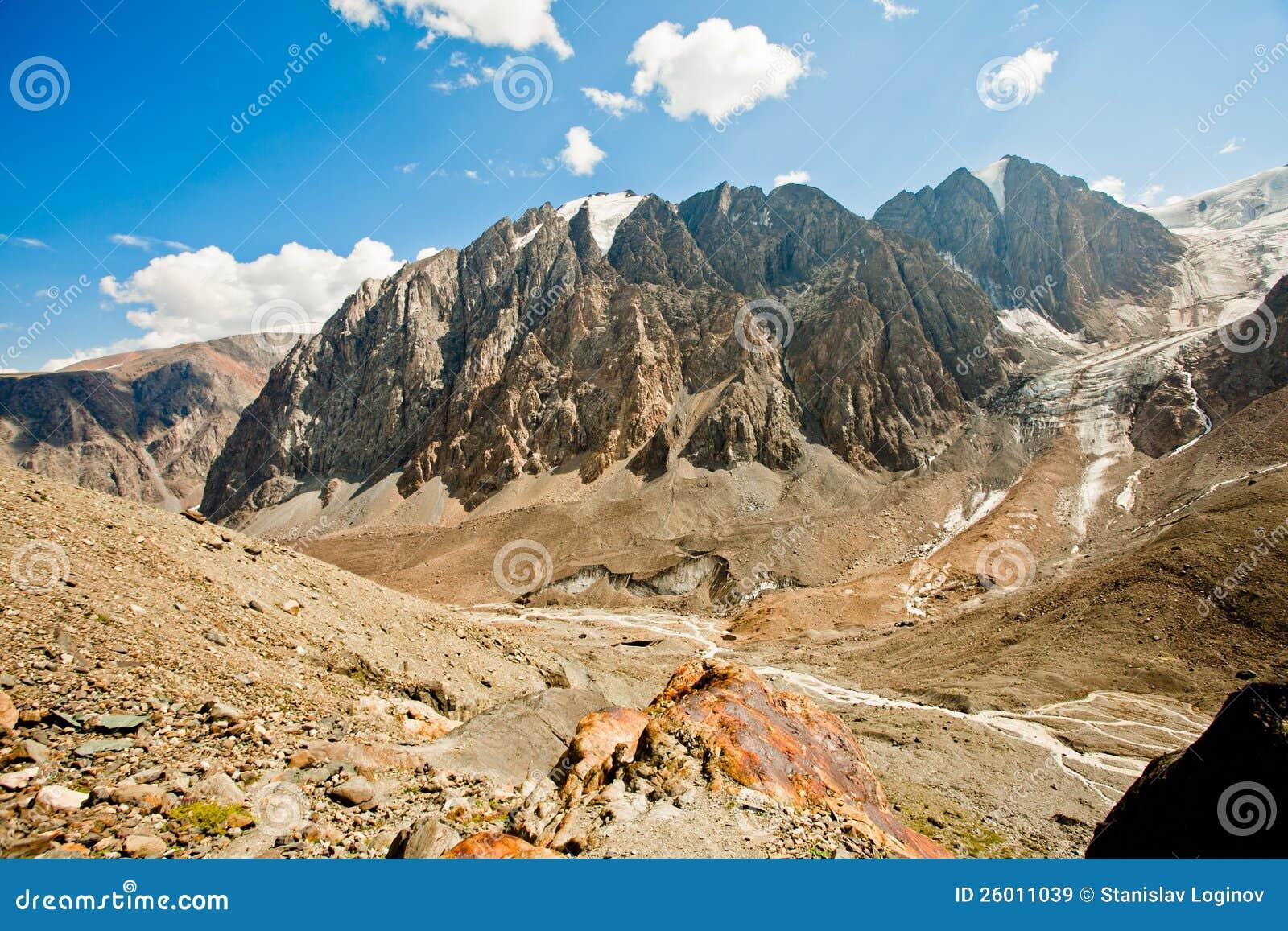 Vallei van rotsachtige bergen