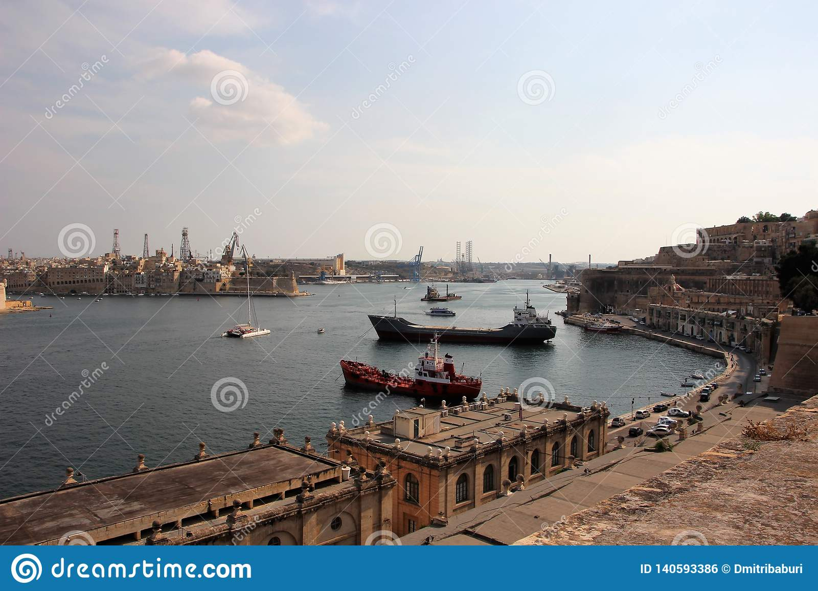 Valletta Malta, Augusti 2015 Storartad havssikt av den huvudsakliga hamnen för island's med lastfartyg
