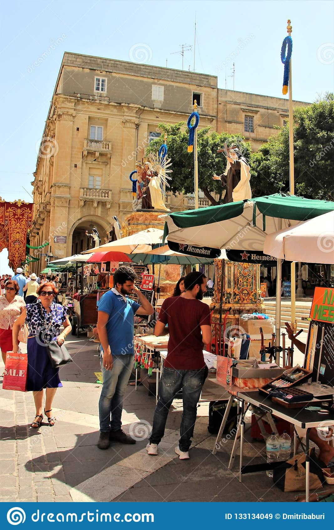 Valletta Malta, Juli 2014 Livlig rörelse av folk på den huvudsakliga gatan av staden under en religiös ferie