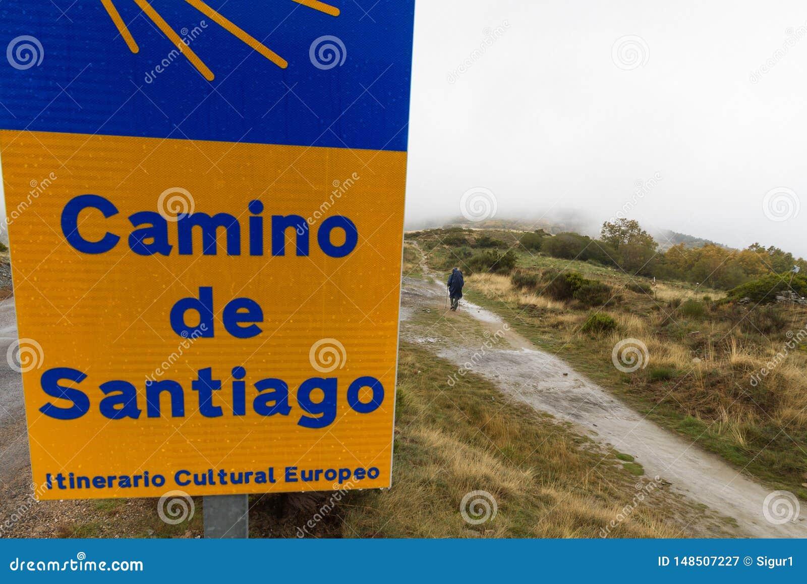 Vallfärda på Caminoen de Santiago en regnig dag