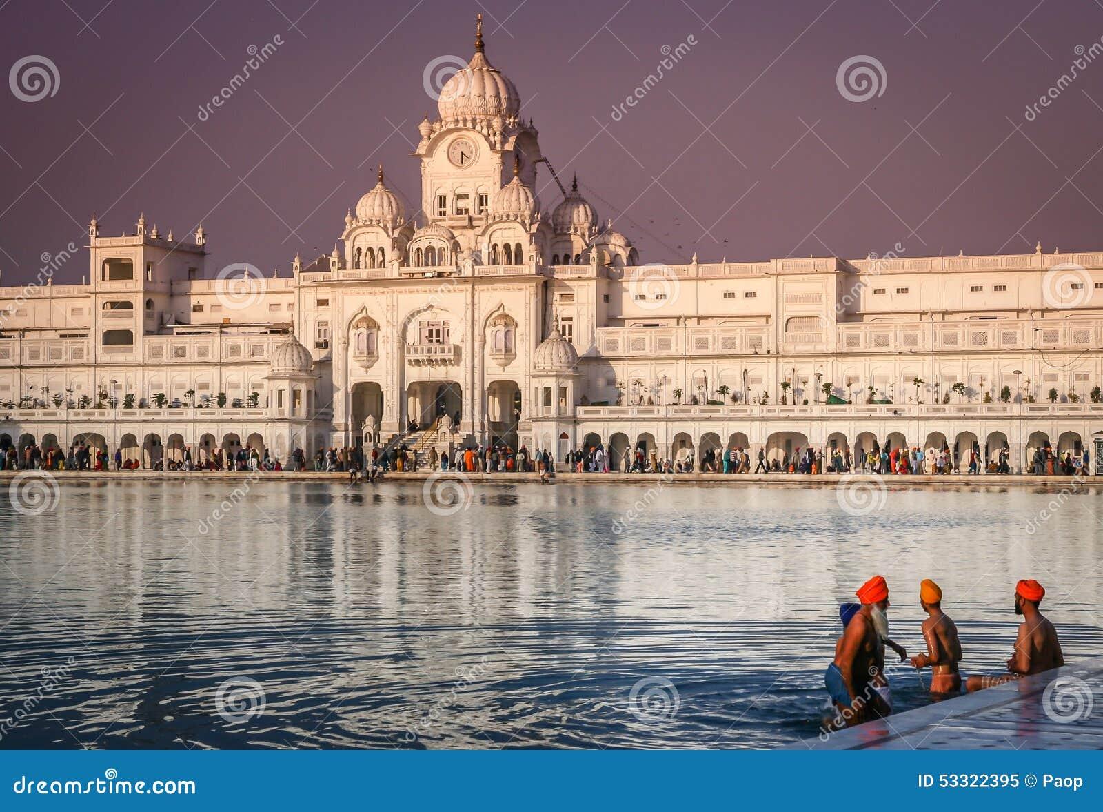 Vallfärdar på den guld- templet i Indien