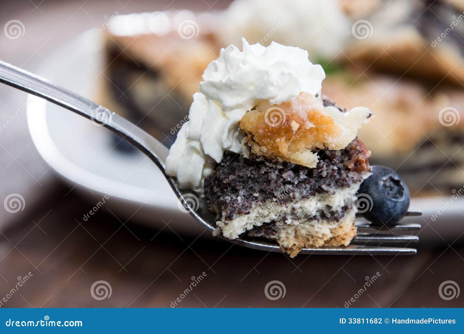 Vallmofrökaka på en gaffel