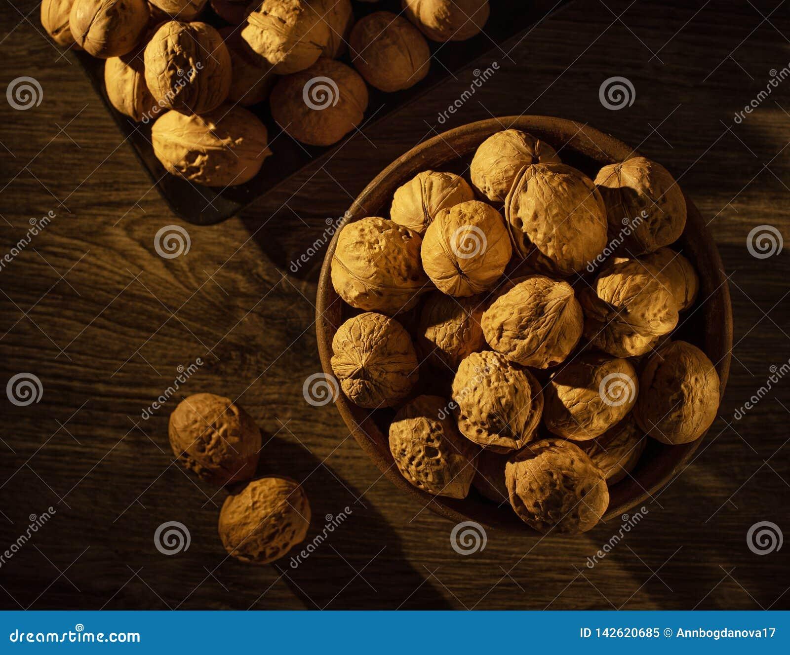 Valnötter i bunkelögnen på en trätabell