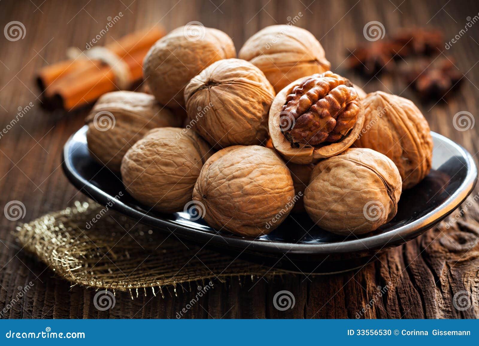 Valnötter på en platta