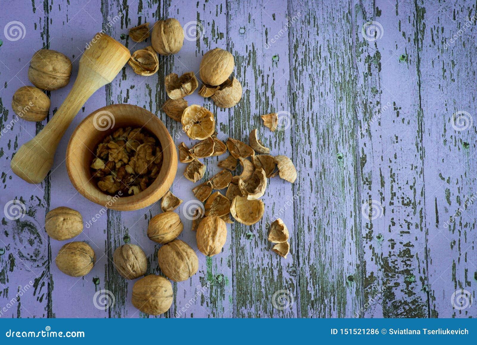 Valnötter spridda på en härlig bakgrund
