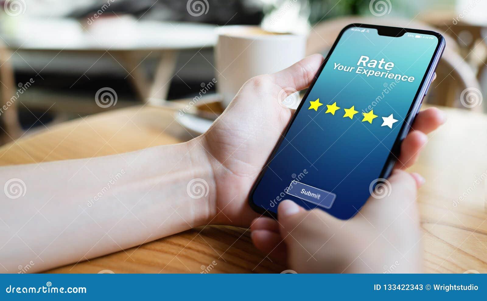 Valore sus estrellas del estudio cinco de la satisfacción del cliente de la experiencia en la pantalla del teléfono móvil Concept