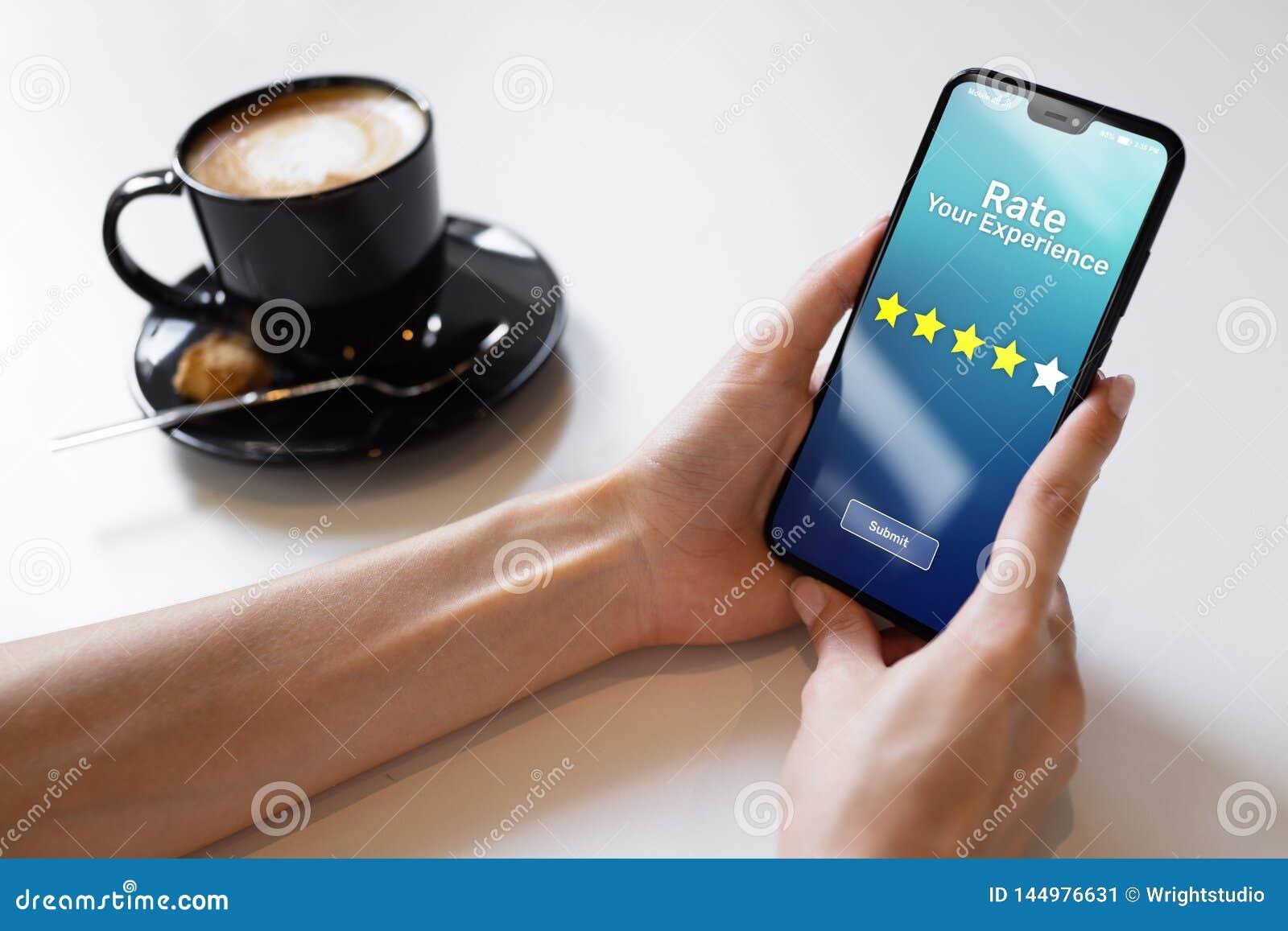 Valore sus estrellas del estudio cinco de la satisfacci?n del cliente de la experiencia en la pantalla del tel?fono m?vil Concept
