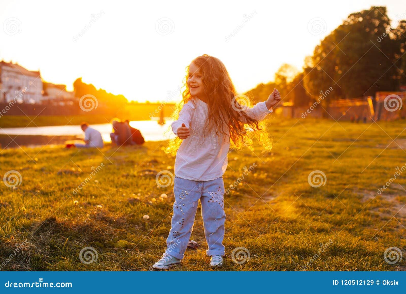 Vals del ` s de los niños en la puesta del sol