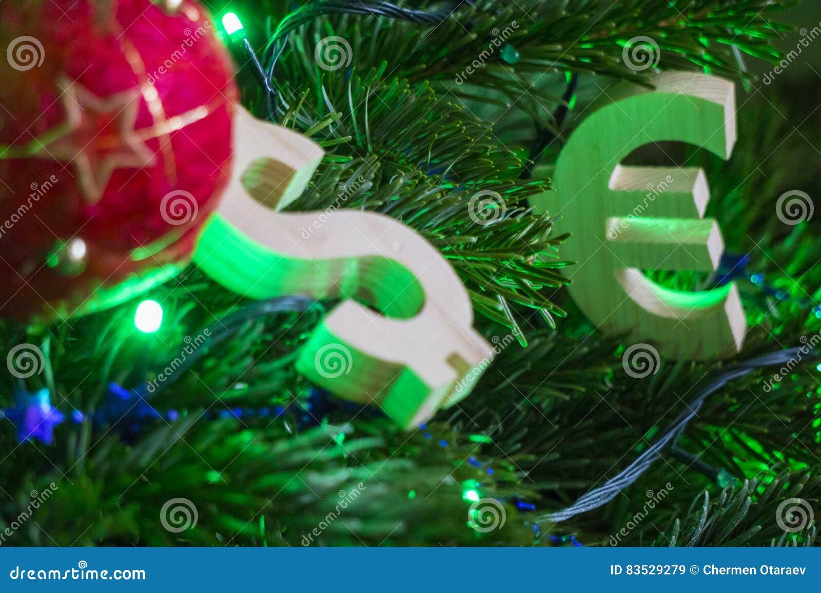 Valutazione di scambio Euro, dollaro sull albero di Natale verde con le decorazioni d annata rosse della palla