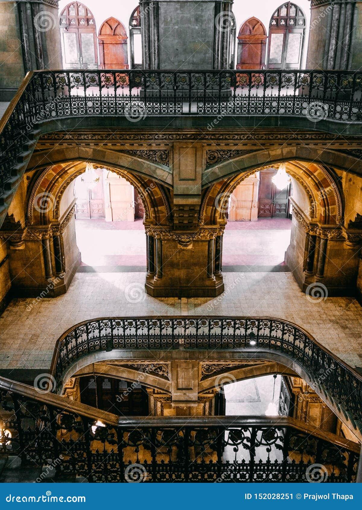 Valvgångar och trappa