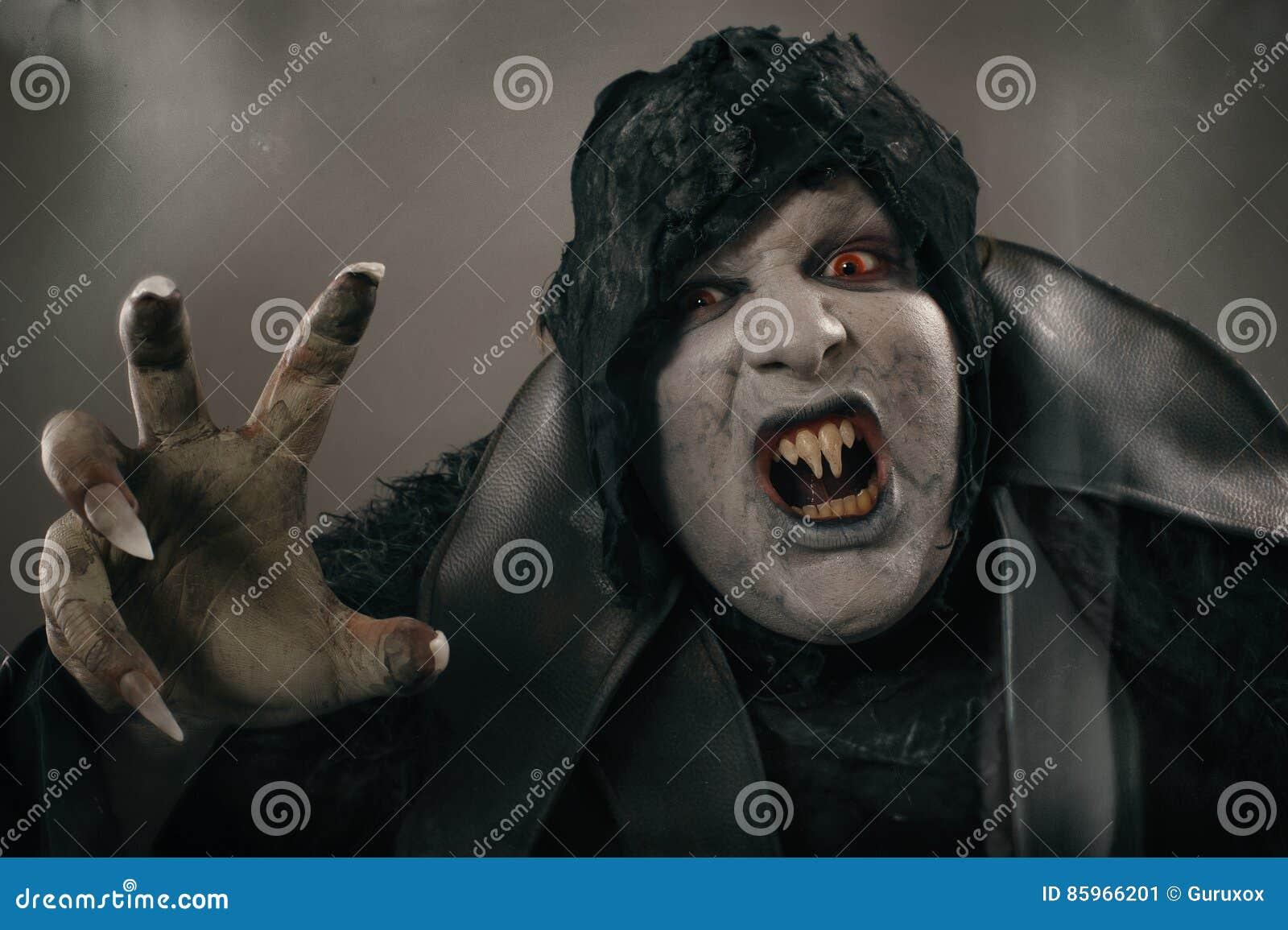 Vampire antique de mutant d horreur avec de grands clous effrayants F médiéval