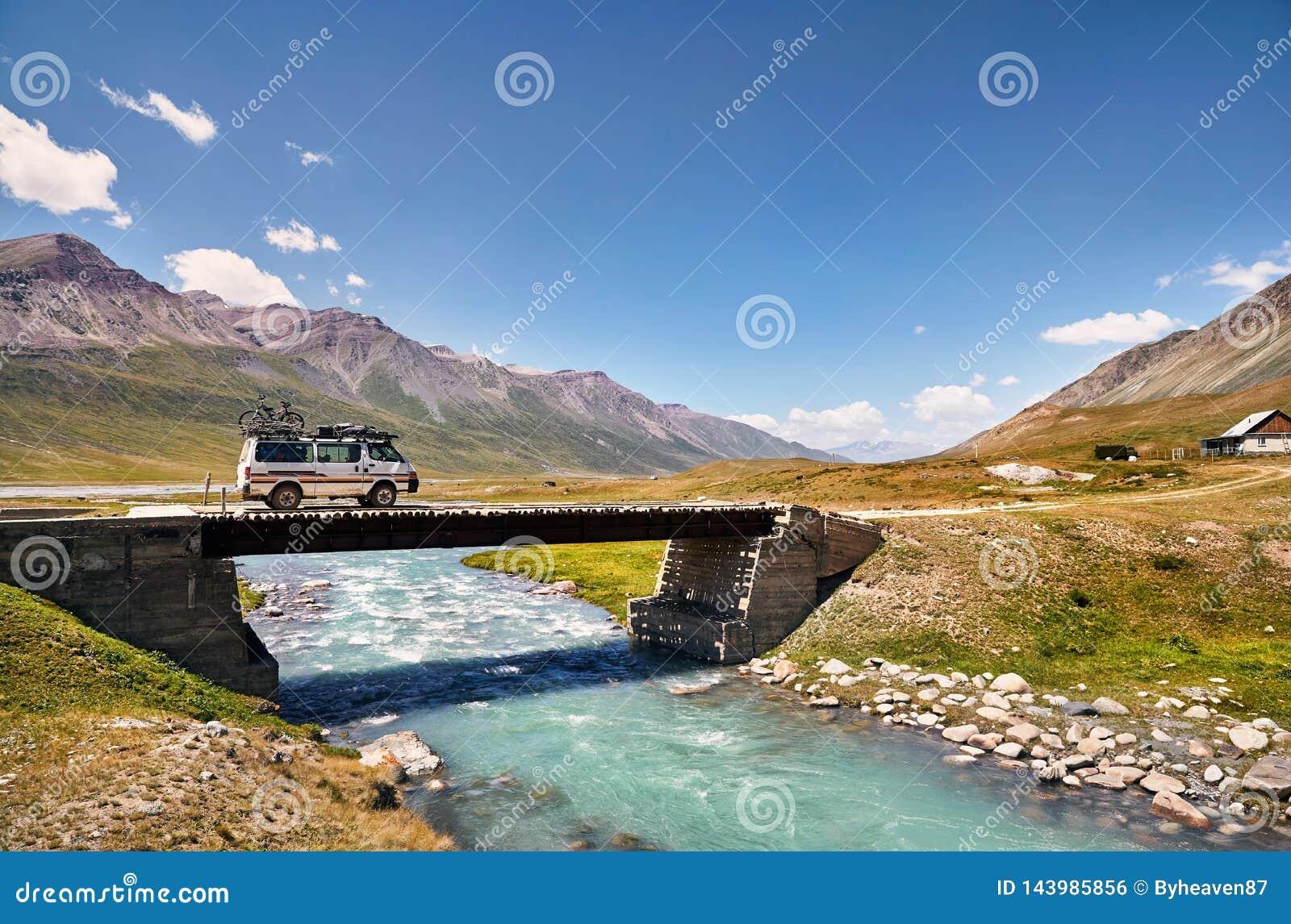 Van на мосте