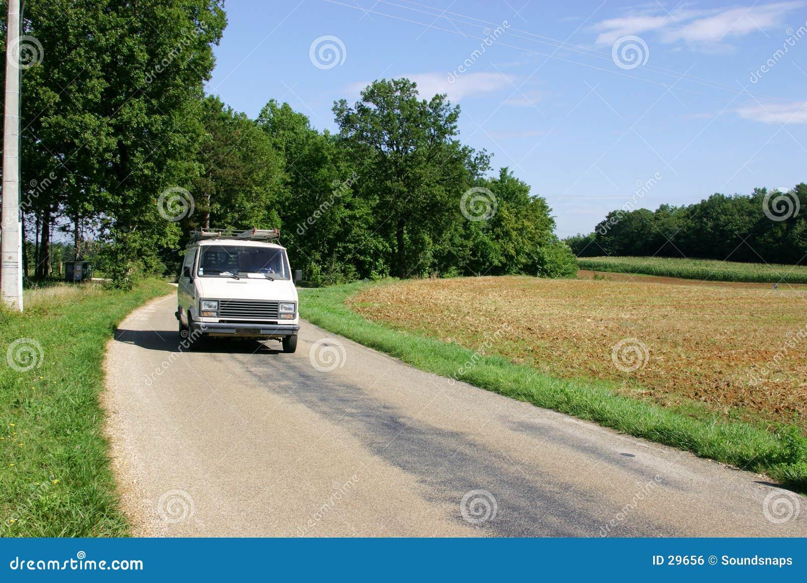 Van blanc sur la route de campagne française