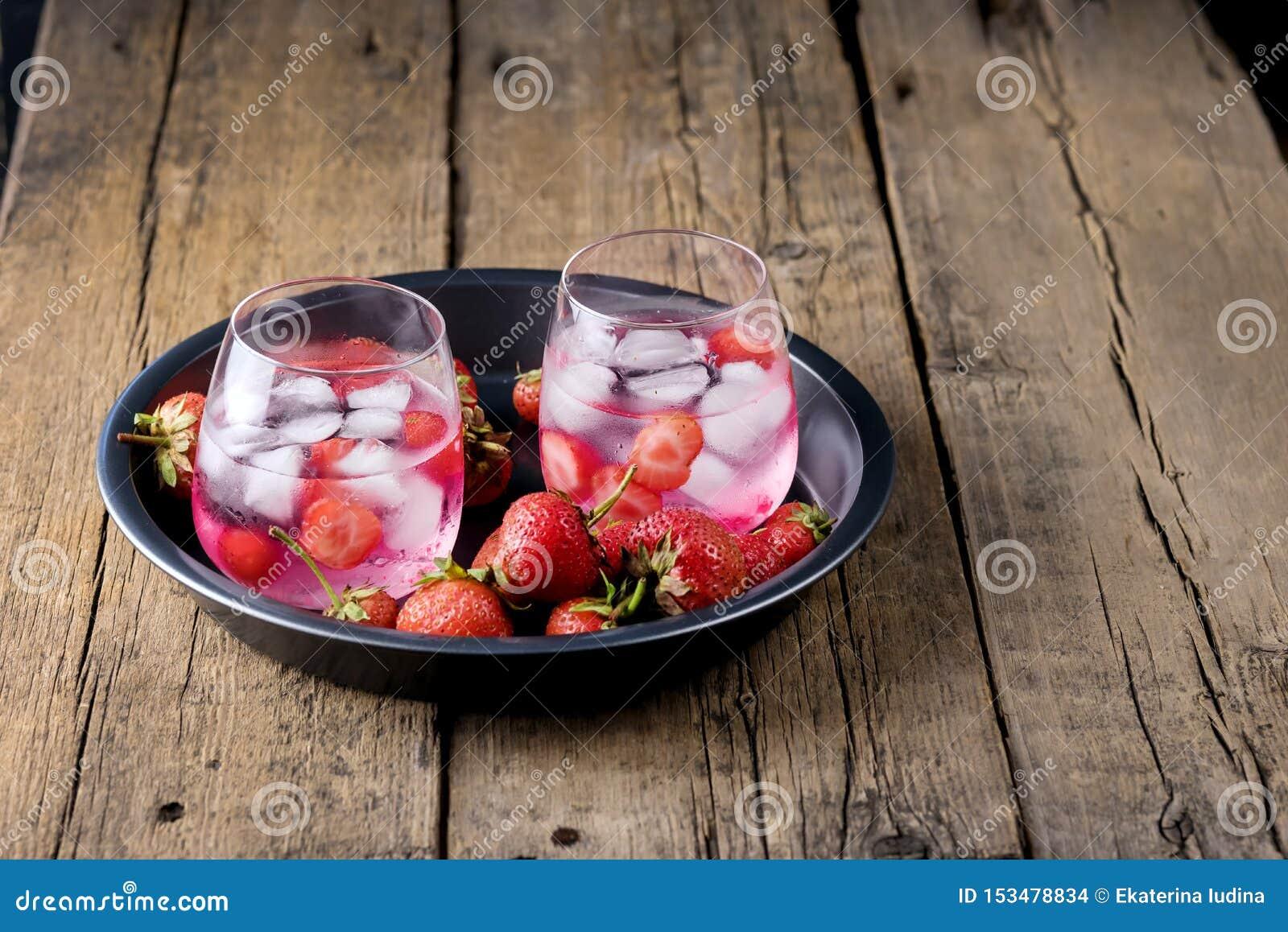 Van de Aardbeidetox van het de zomer de Verse Op smaak gebrachte Gegoten Water van de het Watergezonde voeding van het de Drankij