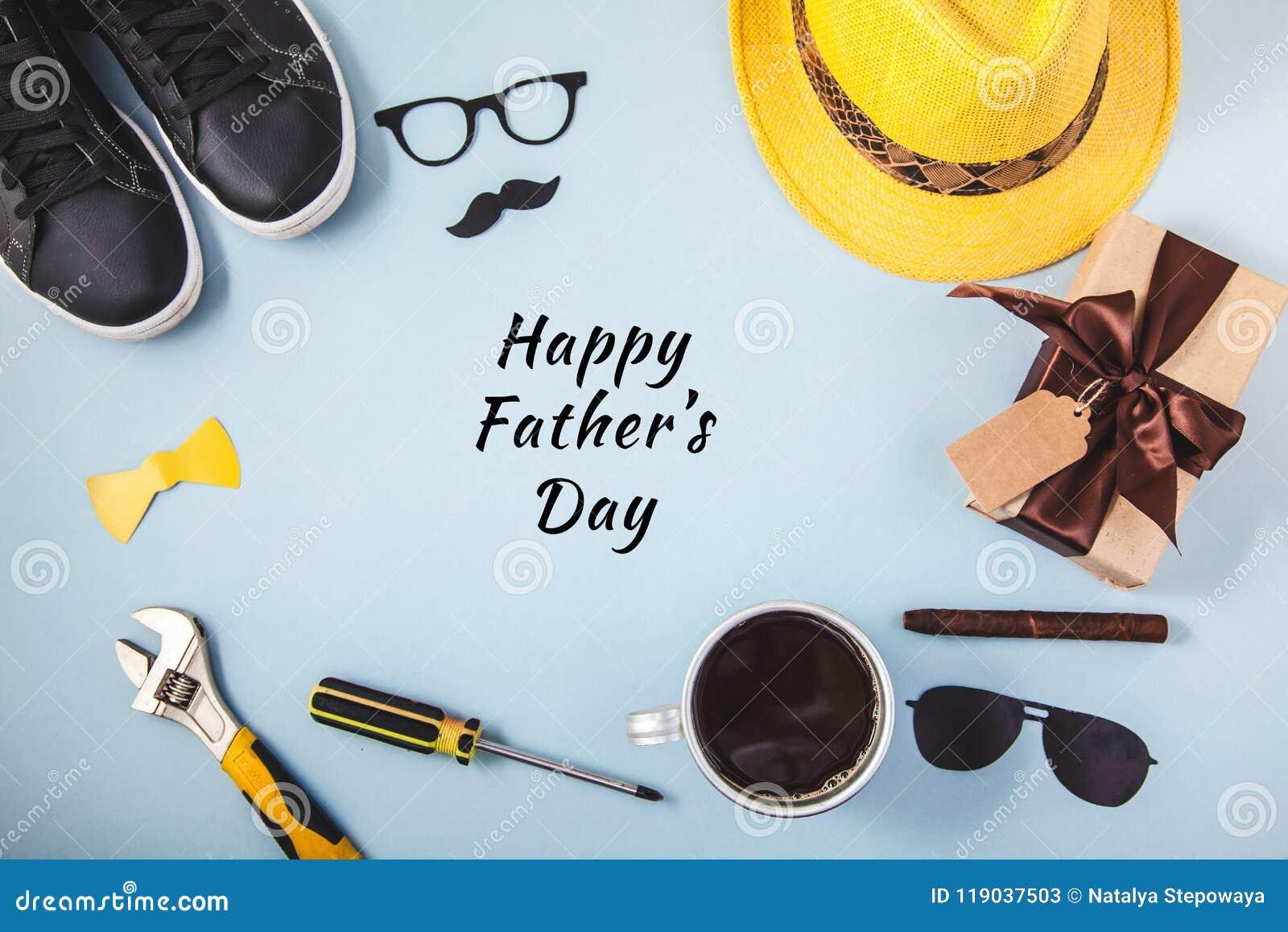 Van de achtergrond of de kaartkop van de Glazentennisschoenen Hulpmiddelen legt de Gele hoed van de vader` s dag van de Gift van