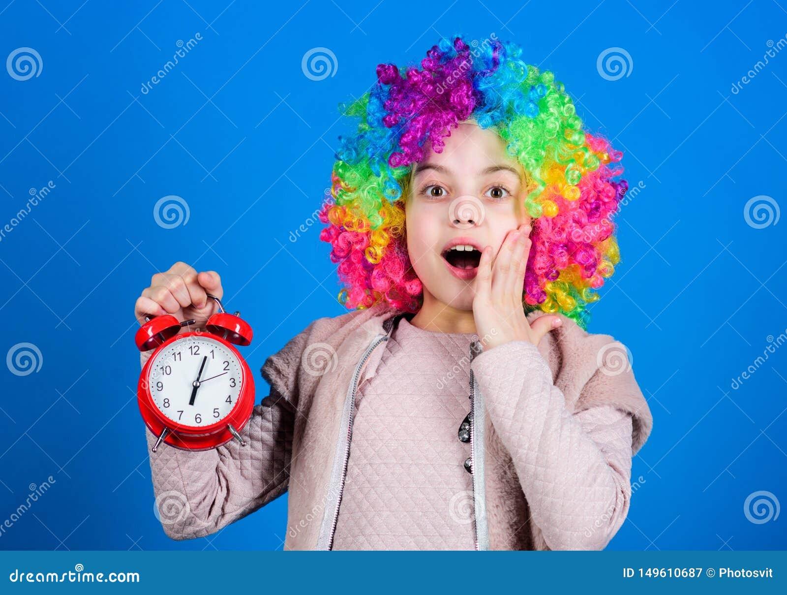 Van de de clownstijl van de jong geitje kleurrijke krullende pruik de greepwekker Ik gekscheer niet over discipline VALS ALARM Me