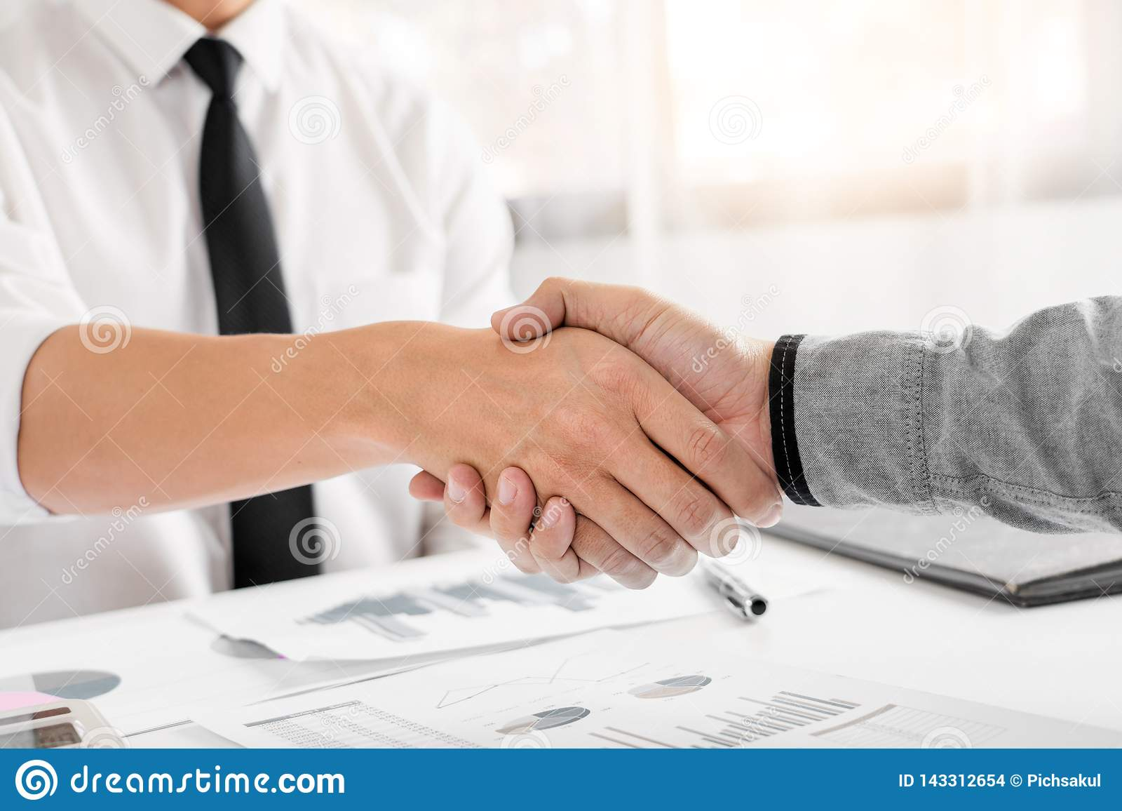 Van de commerciële de Handdrukconcept Vergaderingsovereenkomst, Handholding na het klaar zijn met omhoog het behandelen van proje