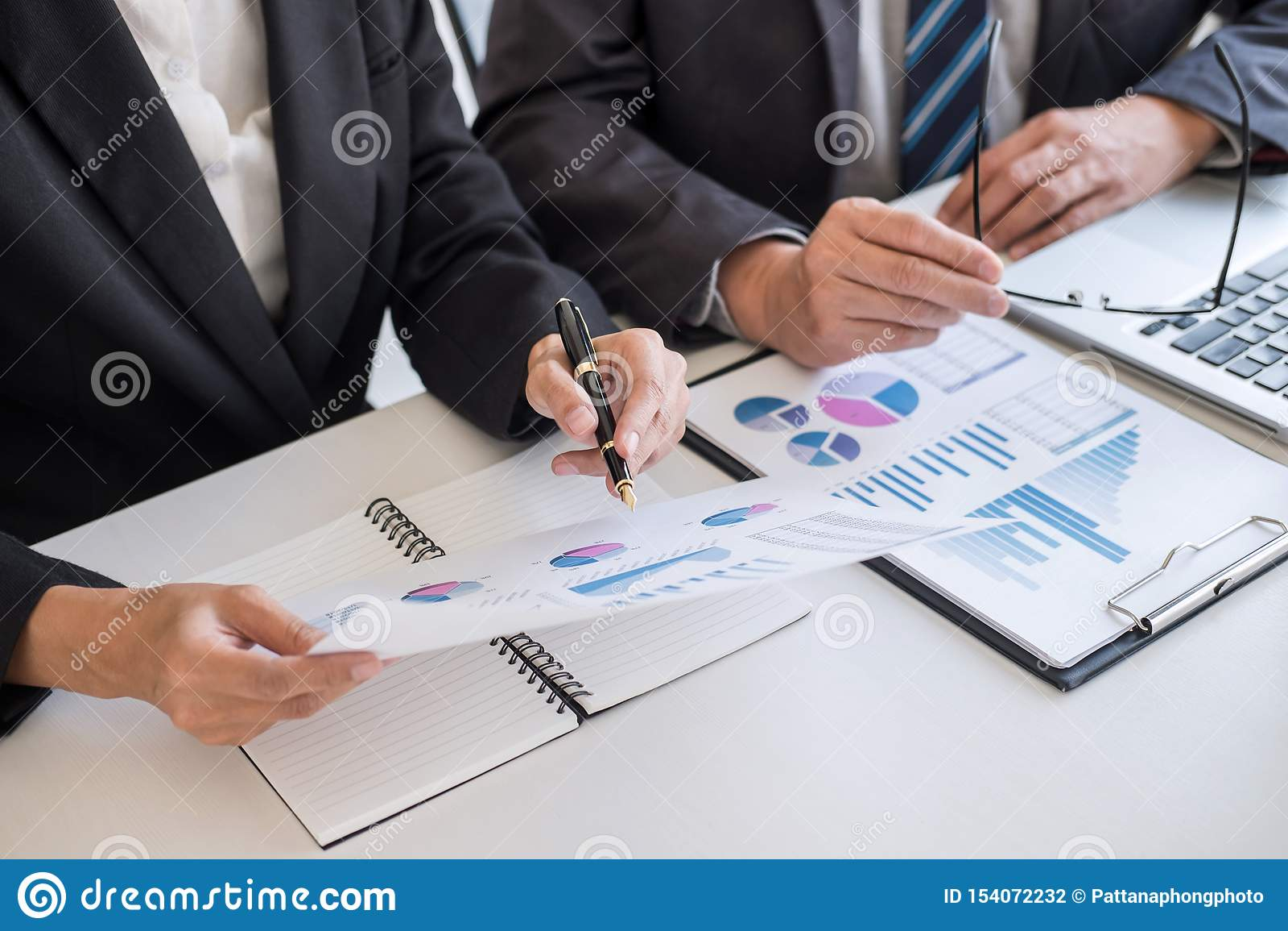 Van de commerci?le de vergaderings werken en onderhandeling die teampartner met financi?le gegevens en marketing de grafiekpresen