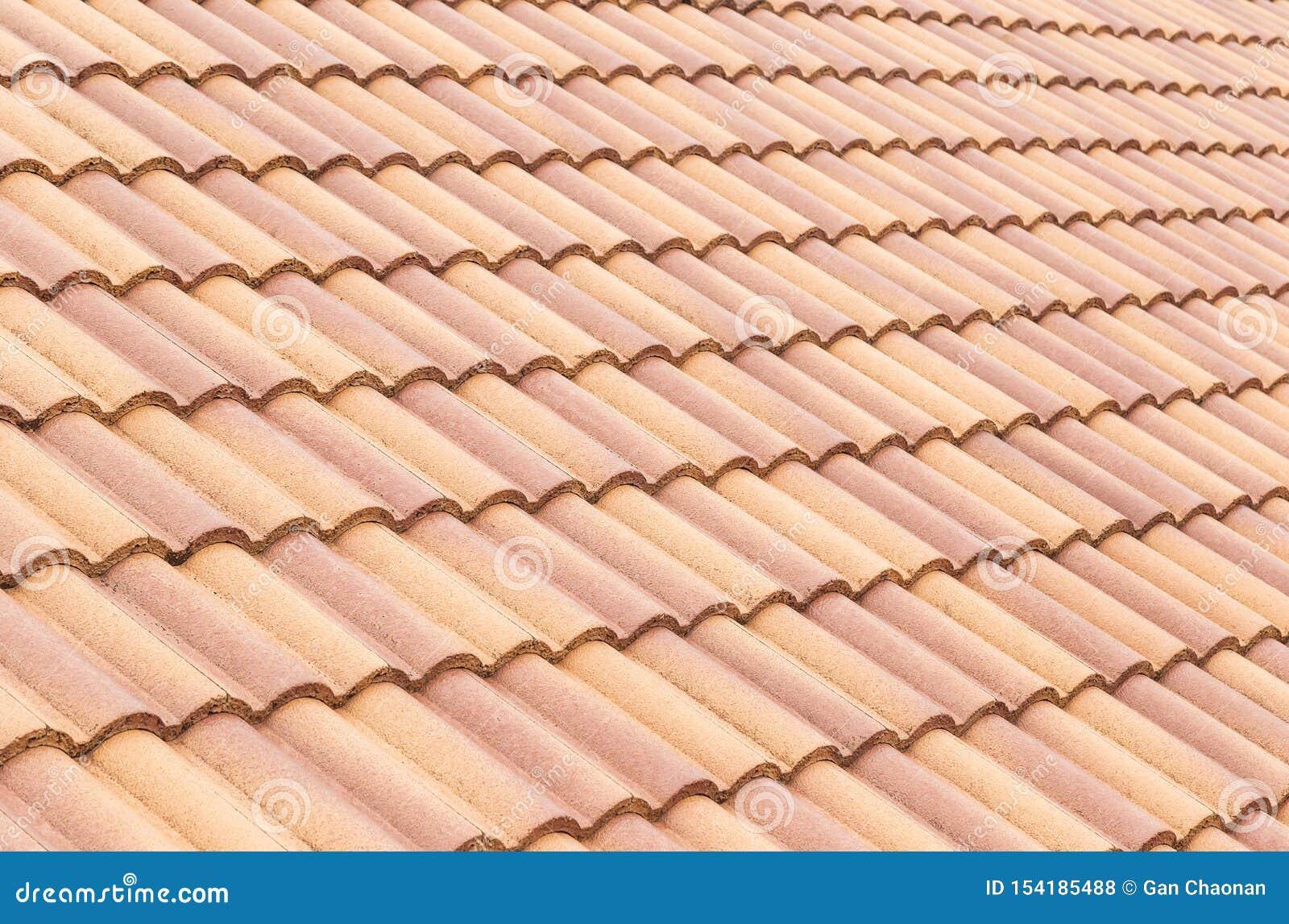 Van de daktegels en hemel zonlicht Het concept van dakwerkcontractanten het Installeren